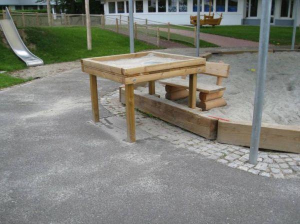 Robinien Sandspieltisch - extra hoch für Rollstuhlfahrende
